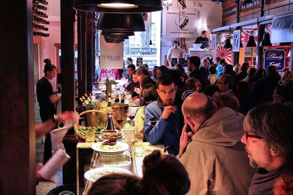 Spanische Bar am Abend