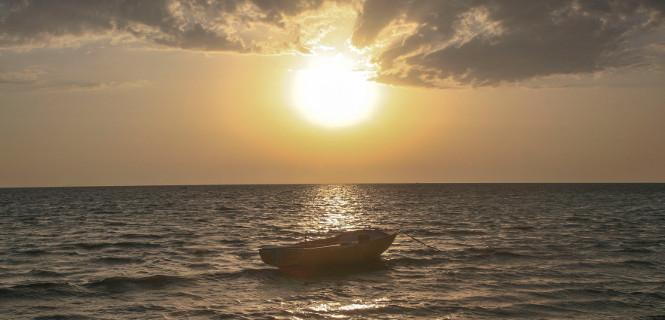 Sonnenaufgang an der tunesichen Mittelmeerküste in Zarzis