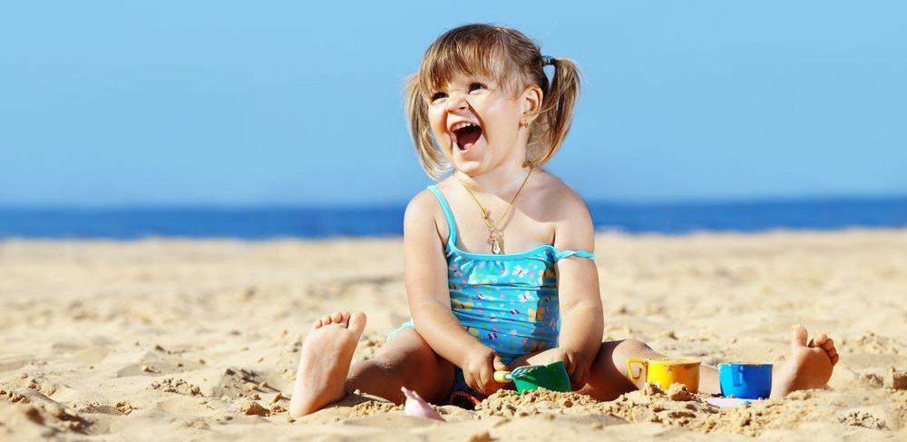Kleines Maedchen am Strand