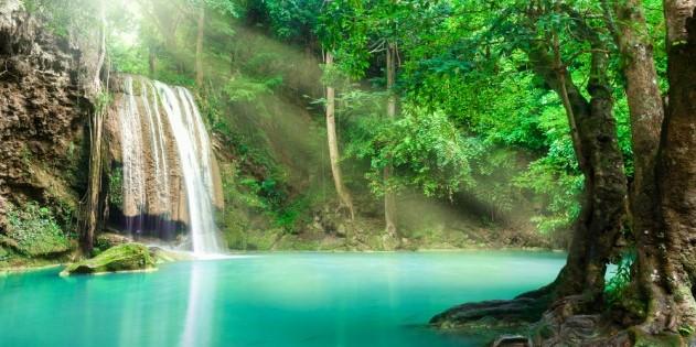 Baden am Erawan Wasserfall in der Nähe von Kanchanaburi