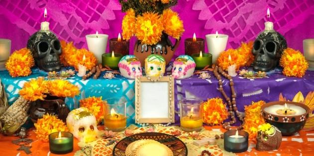 Bunte Totenschädel aus Zuckerguss am berühmten Tag der Toten in Mexiko