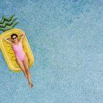 Frau auf einer Luftmatraze im Pool