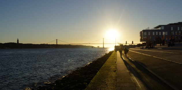 Lissabons Flusspromenade entlang des Tejo