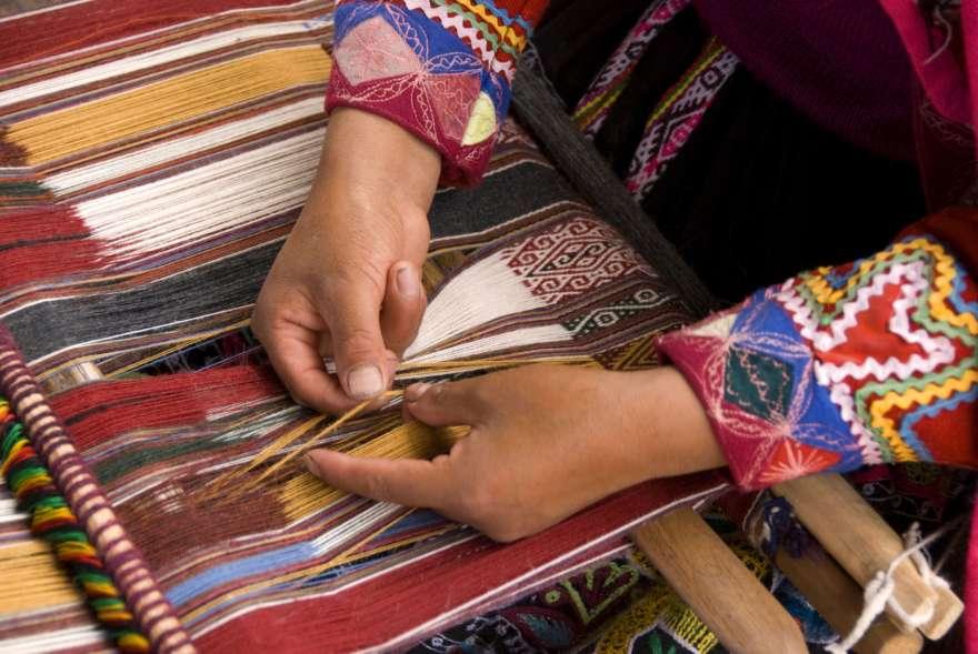 Weben mit Alpaka Wolle in Peru