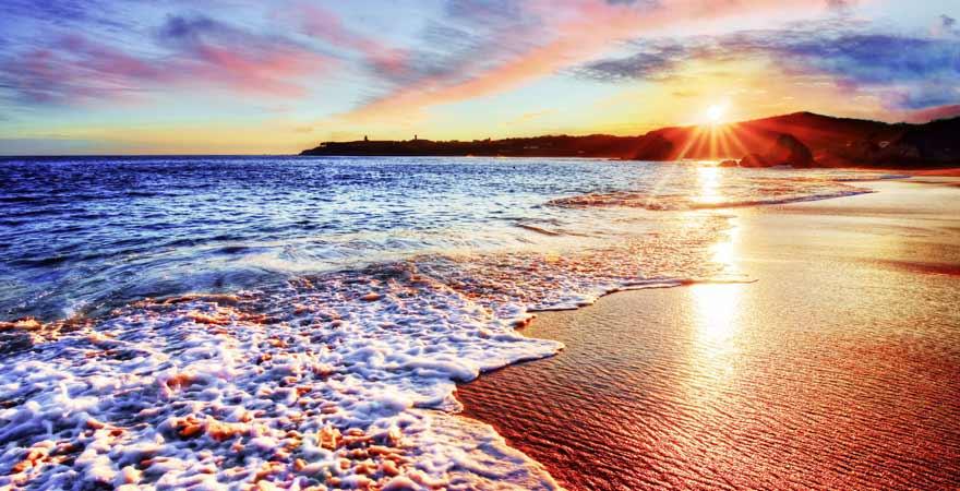 Sonnenuntergang an einem Strand auf den Malediven