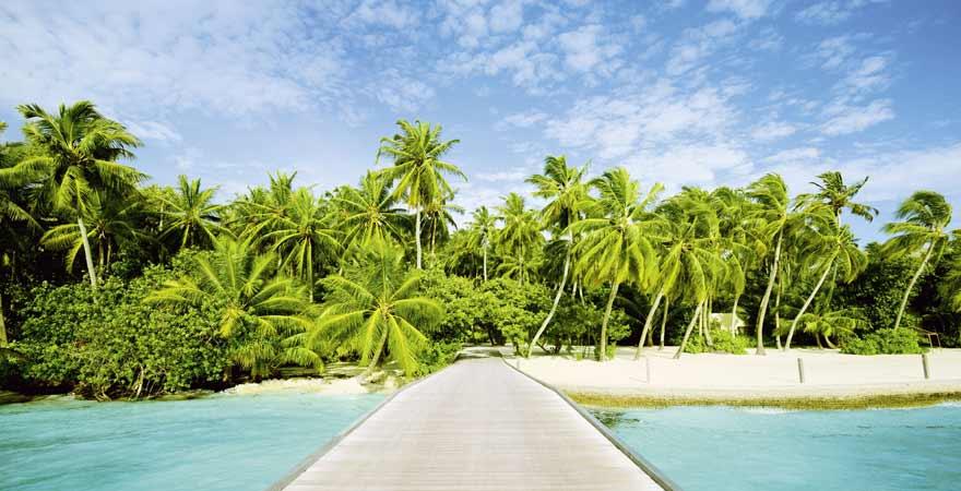 Steg an einem Strand auf den Malediven