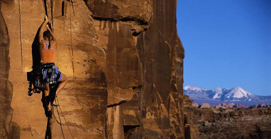 Frau beim Klettern in Moab in den USA