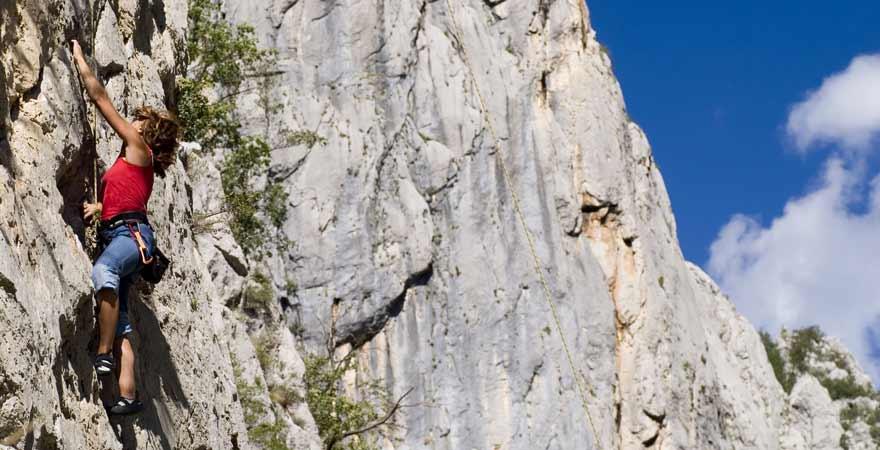 Frau beim Klettern in Paklenica in Kroatien