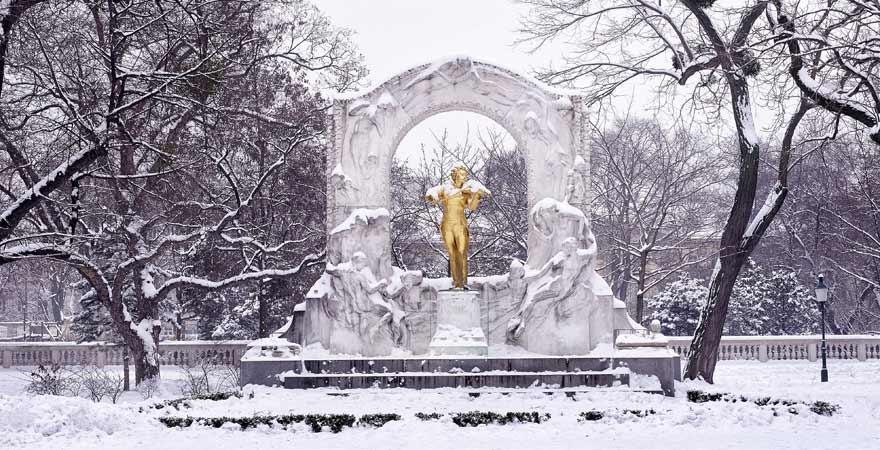 Johann Strauß Monument in einem Park in Wien im Winter