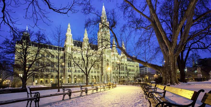 Rathaus in Wien bei Schnee