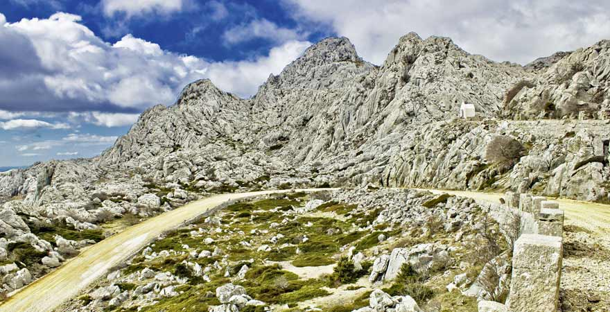 Straße im Nationalpark Velebit in Kroatien