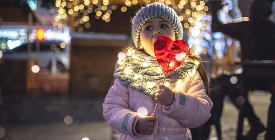 Mädchen auf einem Weihnachtsmarkt