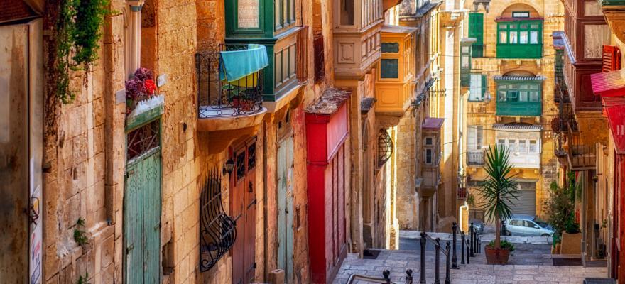 Gasse Valletta bunte Balkone