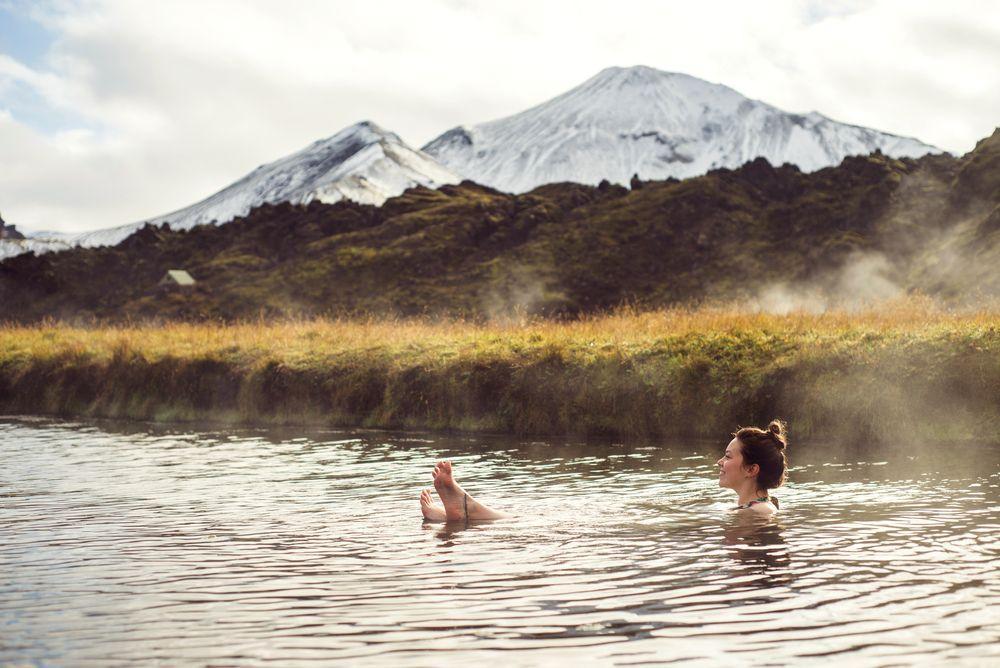 Frau baded in den heißen Quellen von Landmannalaguar in Island