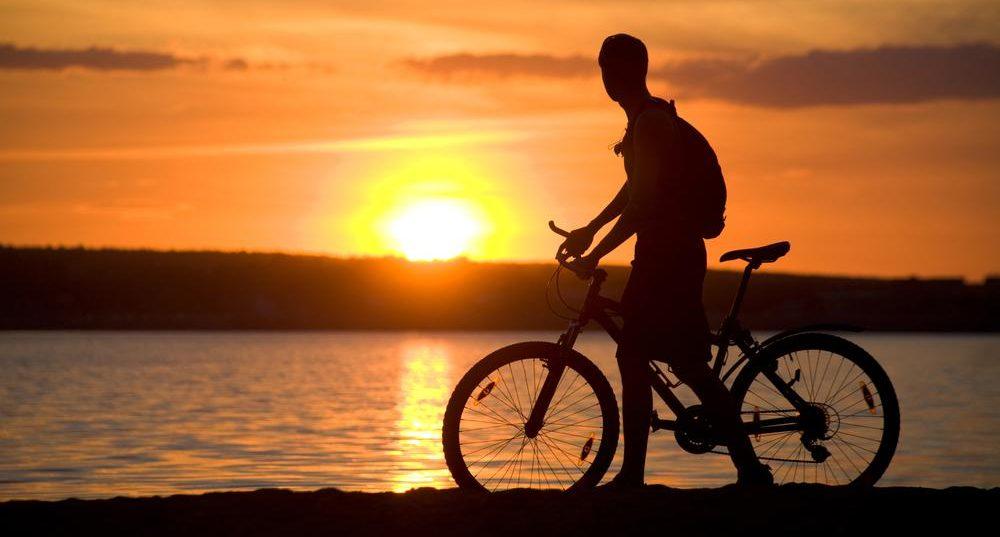 Fahrradfahren bei sonnenuntergang