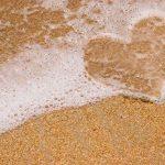 herz-geformt-durch-Sand-und-Wasser