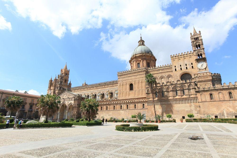 Dom von Palermo mit Platz vor der Kirche in Sizilien in Italien