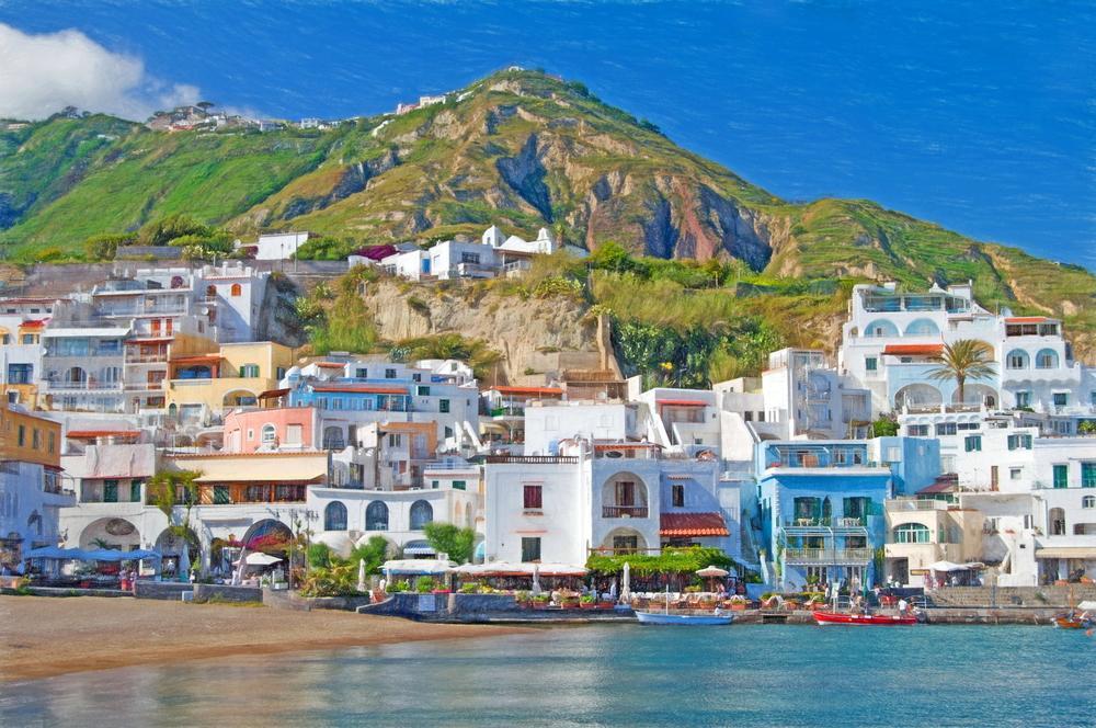Blick auf die bunten Häuser von Sant Angelo von der Küste aus
