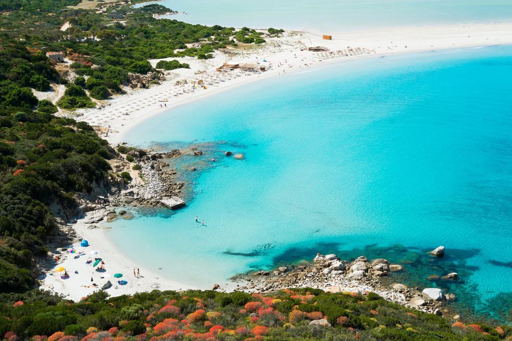 Blick von oben auf die sardinische Küste