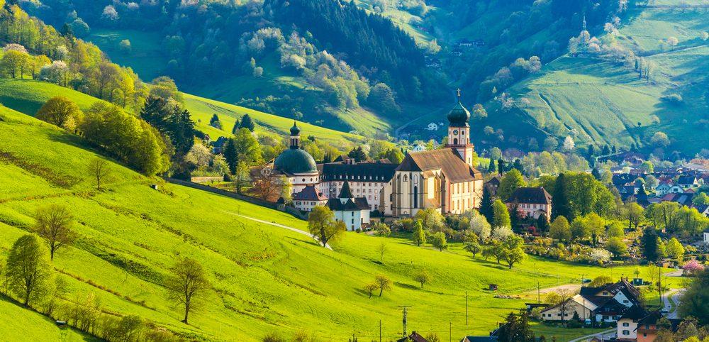 Huegelige Landschaft im Schwarzwald in Deutschland