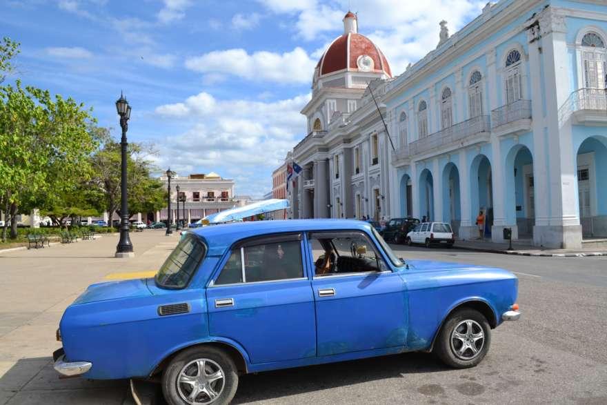 Blaues Auto in Cienfuegos
