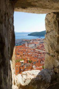 Kroatien-Dubrovnik-Blick-durch-Wand