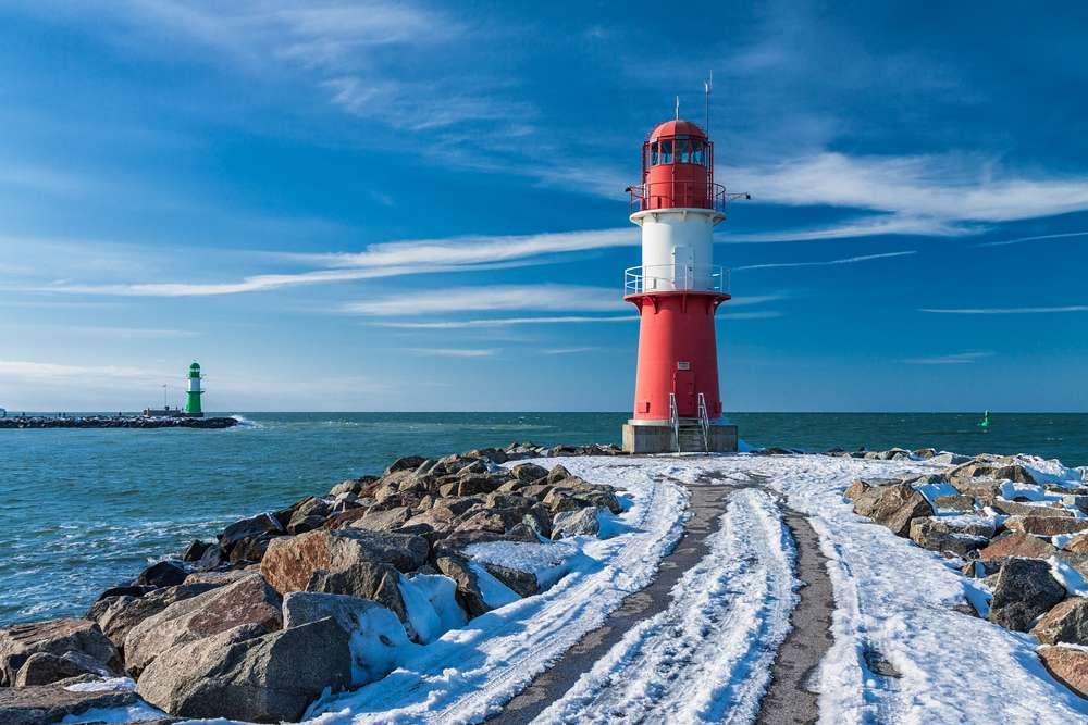 Schnee-Leuchtturm-Ostsee