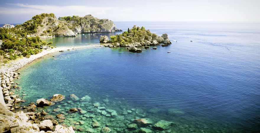 Steinkueste auf Naxos in Griechenland