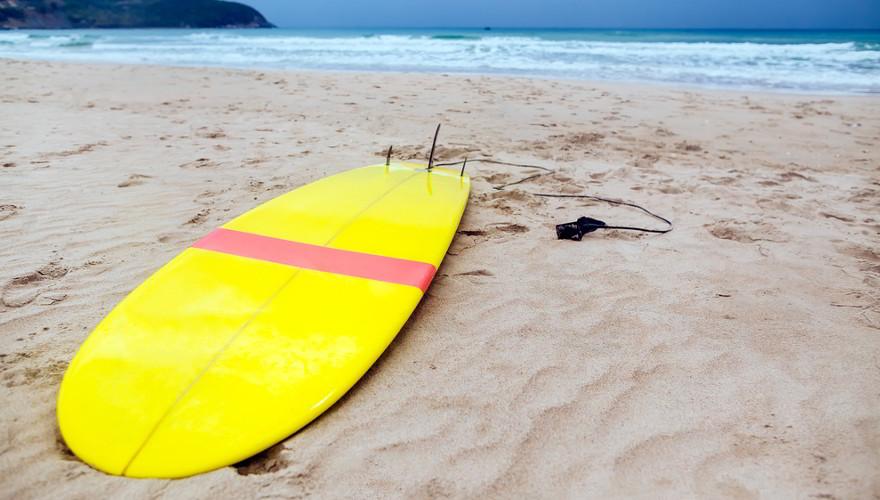 Surfbrett am Strand