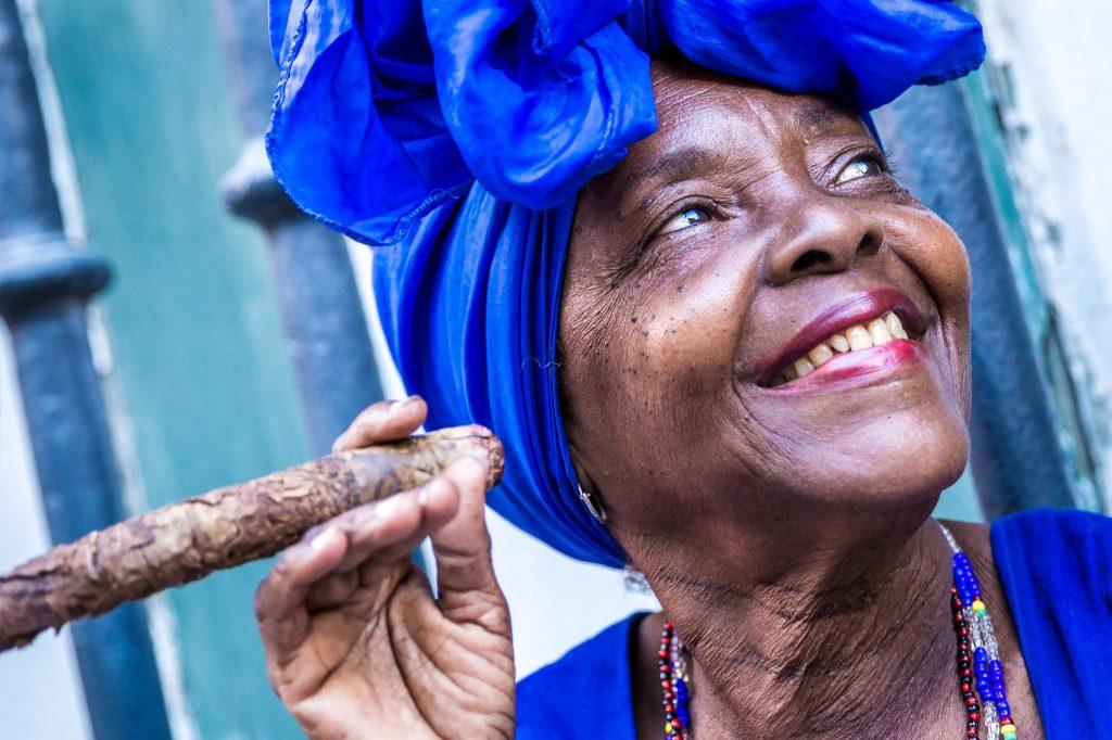 kubanische-frau-mit-zigarre