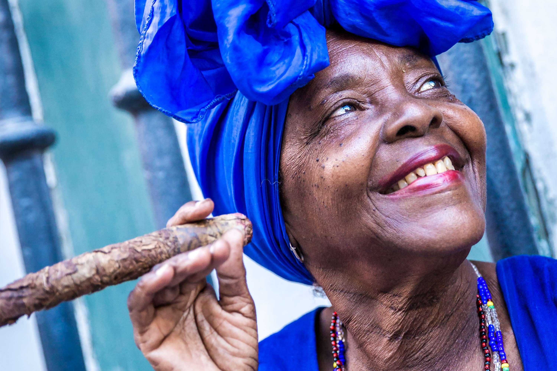frau mit zigarre auf Kuba