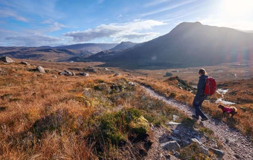 Frau-Hund-Schottland-Wandern