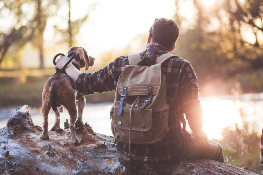 Mann-Hund-am-See