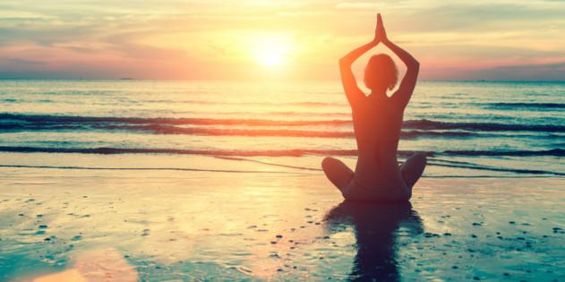 Yoga am Strand bei Sonnenuntergang