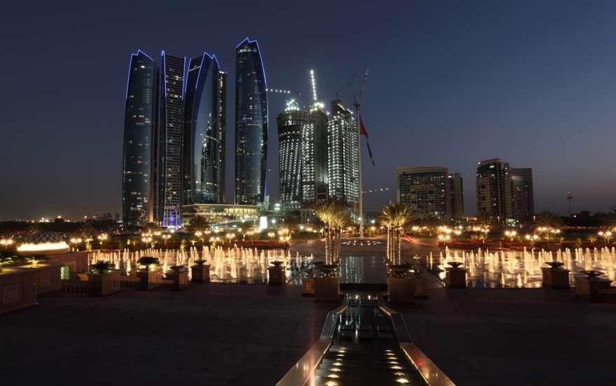 Abu Dhabi Skyline in der Nacht
