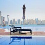 Pool mit Blick auf die Skyline von Dubai