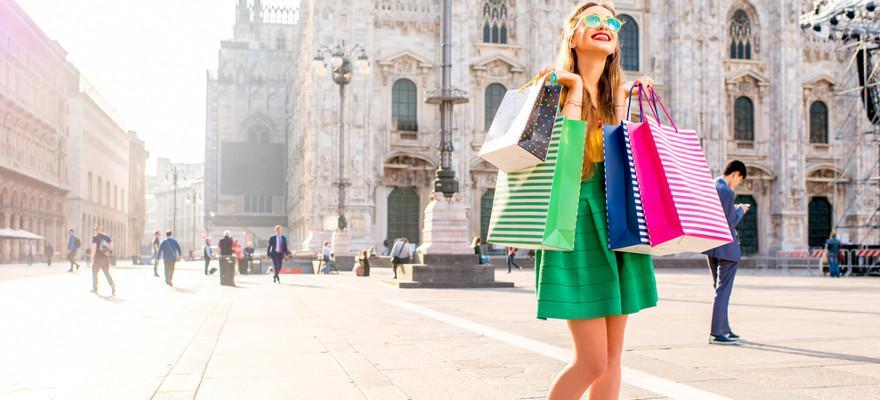 Frau mit Einkaufstüten in Mailand.