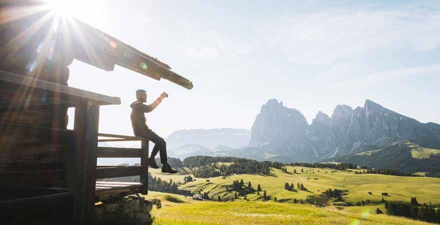 Mann auf einer Hütte in den Dolomiten