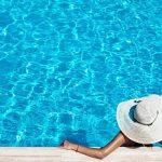Frau am Pool.