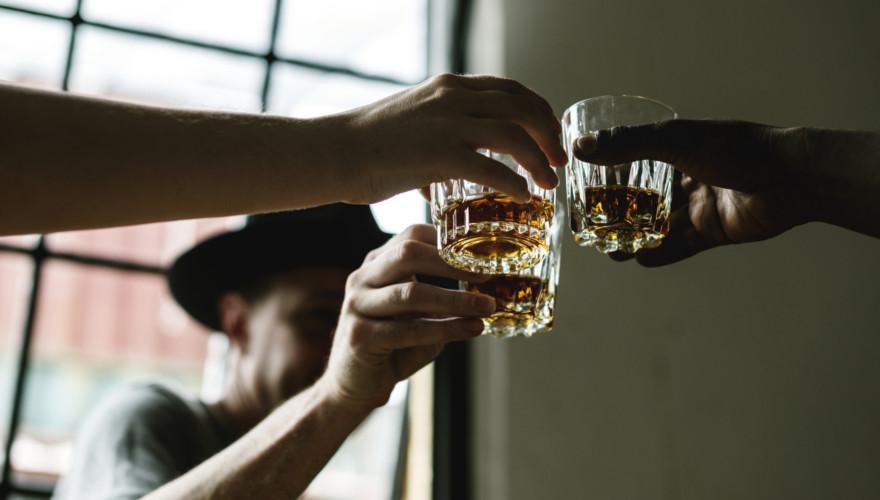 Männer trinken Whiskey.