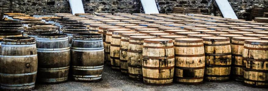 Whiskyfässer in Schottland.