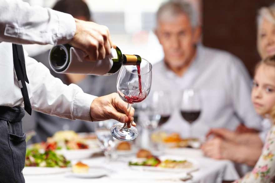Kellner mit Wein