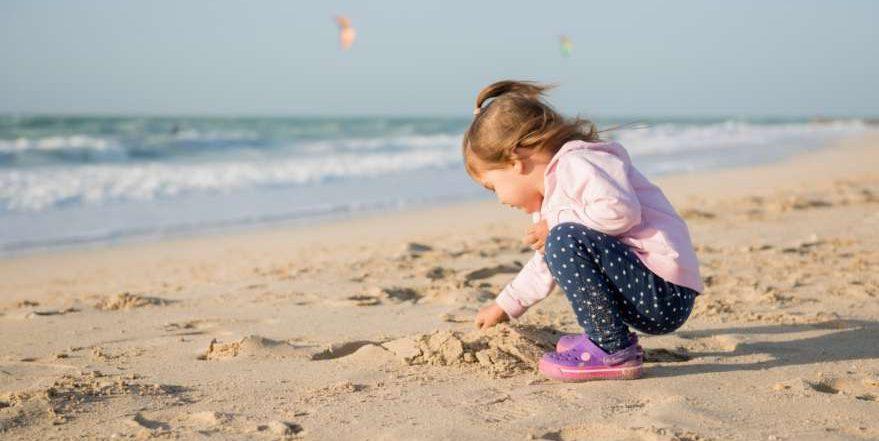 Spielendes Kind am Strand