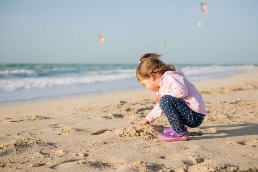 Spielendes Kind am Kite Beach in Dubai