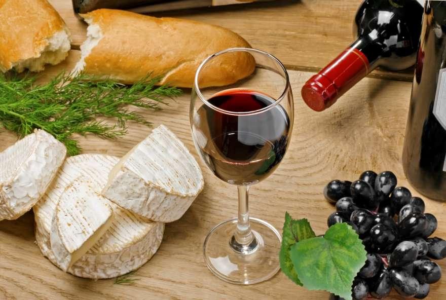 Rotwein und Kaese