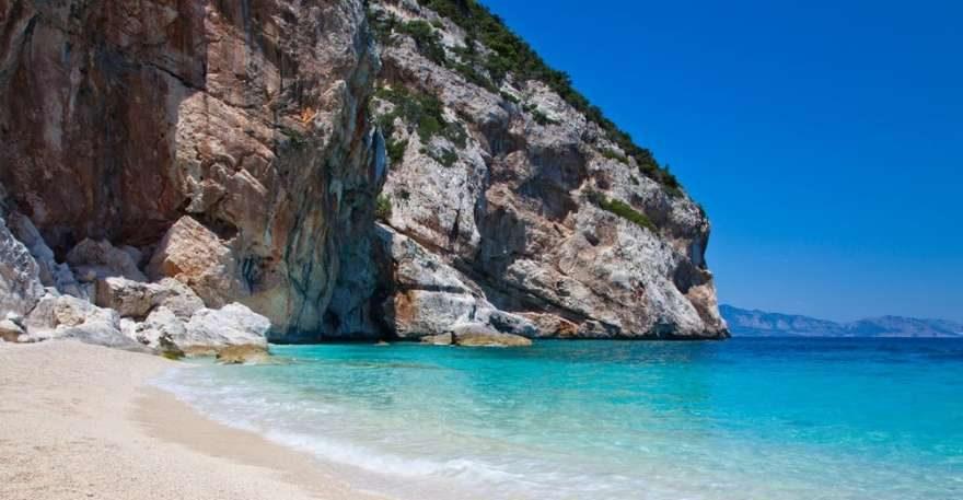 Strand von Costa Smeralda auf Sardinien in Italien