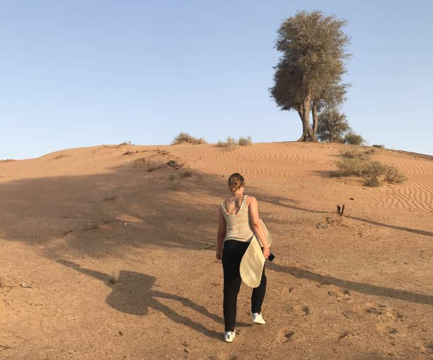 Frau beim Sandboarding in Ras al Khaimah in den VAE