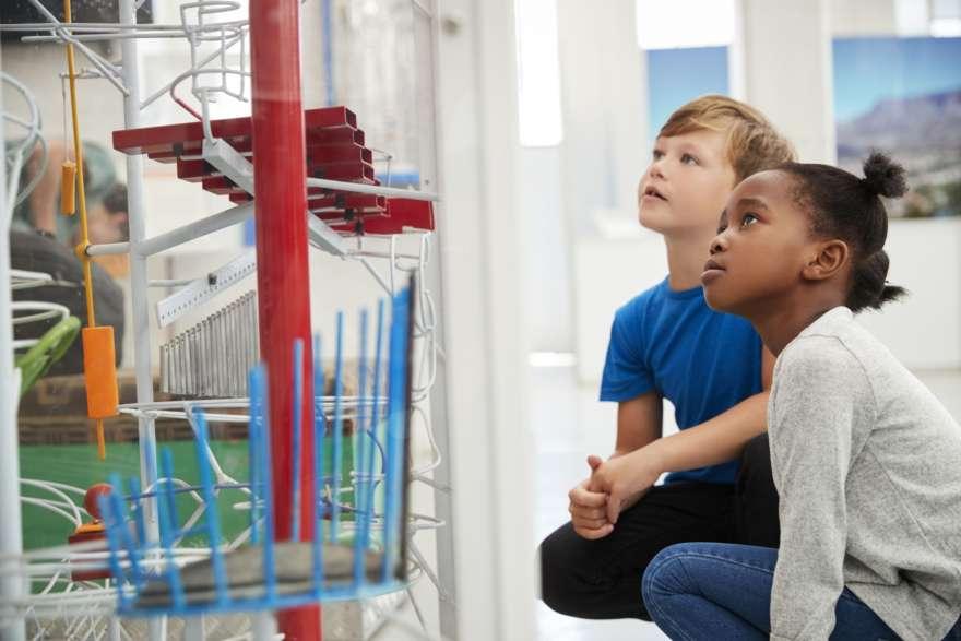 Kinder im Museum
