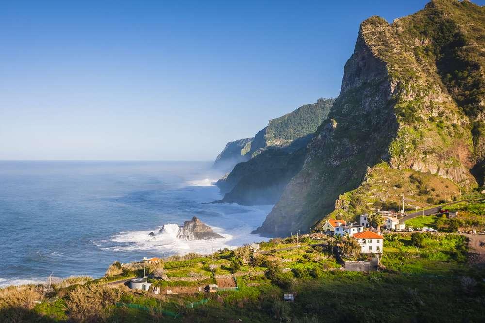 Kueste von Madeira auf den Azoren in Portugal