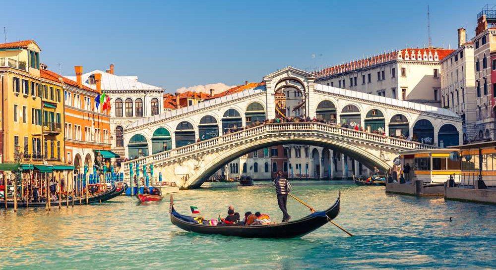 Rialto bruecke an der Adria Kueste in Venedig in Italien